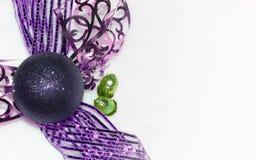Decoraciones de la Navidad, chucherías púrpuras aisladas en el fondo blanco Imagen de archivo libre de regalías