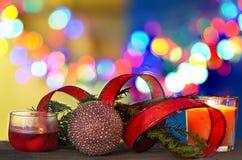 Decoraciones de la Navidad con la bola, cinta roja bajo fondo defocused Foto de archivo