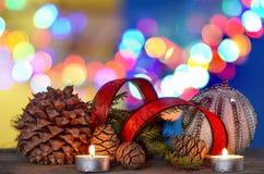 Decoraciones de la Navidad con la bola, cinta roja, bajo fondo defocused Imagenes de archivo