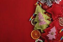 Decoraciones de la Navidad con caramelo y la fruta cítrica Foto de archivo libre de regalías