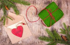 Decoraciones de la Navidad con el árbol de abeto, el regalo, la letra y un juguete de madera Foto de archivo libre de regalías