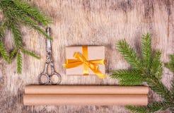 Decoraciones de la Navidad con el árbol de abeto y la caja de regalo Preparación para la Navidad, envoltorio para regalos Fotografía de archivo libre de regalías