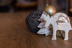 Decoraciones de la Navidad con el fondo de madera imagenes de archivo