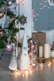 Decoraciones de la Navidad con el hombre de pan de jengibre, las velas, el dwafr y las chucherías Imagen de archivo libre de regalías