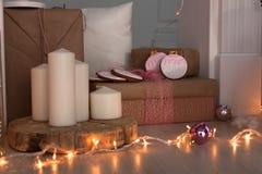 Decoraciones de la Navidad con el hombre de pan de jengibre, las velas, el dwafr y las chucherías Foto de archivo