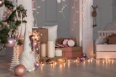 Decoraciones de la Navidad con el hombre de pan de jengibre, las velas, el dwafr y las chucherías Imagen de archivo