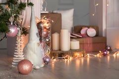 Decoraciones de la Navidad con el hombre de pan de jengibre, las velas, el dwafr y las chucherías Foto de archivo libre de regalías