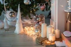 Decoraciones de la Navidad con el hombre de pan de jengibre, las velas, el dwafr y las chucherías de la Navidad Imagenes de archivo