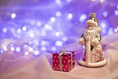 Decoraciones de la Navidad con el juguete de Santa Claus y la actual caja fotos de archivo libres de regalías