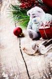 Decoraciones de la Navidad con el oso de peluche Foto de archivo