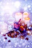 Decoraciones de la Navidad con el vino y la nieve reflexionados sobre Imágenes de archivo libres de regalías