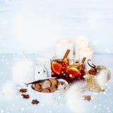 Decoraciones de la Navidad con humor festivo Fotos de archivo