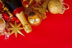 Decoraciones de la Navidad con la botella de champán Fotos de archivo