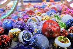 Decoraciones de la Navidad con la Feliz Año Nuevo de las palabras Imagen de archivo