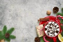 Decoraciones de la Navidad con la taza de chocolate caliente Visión superior con el SP Fotografía de archivo