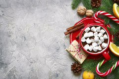 Decoraciones de la Navidad con la taza de chocolate caliente Visión superior con el SP Imagen de archivo