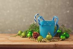 Decoraciones de la Navidad con la taza y el caramelo azules en la tabla de madera con el espacio de la copia Imagen de archivo