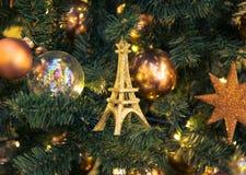 Decoraciones de la Navidad con la torre Eiffel Fotos de archivo