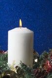 Decoraciones de la Navidad con la vela encendida Imagen de archivo libre de regalías