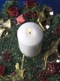 Decoraciones de la Navidad con la vela encendida Foto de archivo libre de regalías