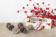 Decoraciones de la Navidad con las bayas rojas y la caja de madera en fondo del vintage Fotos de archivo