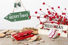 Decoraciones de la Navidad con las bayas rojas y la caja de madera en fondo del vintage Imagen de archivo libre de regalías