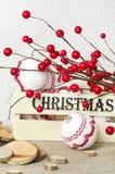 Decoraciones de la Navidad con las bayas rojas y la caja de madera en fondo del vintage Foto de archivo libre de regalías