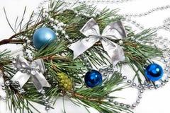 Decoraciones de la Navidad con las bolas azules Fotografía de archivo