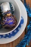 Decoraciones de la Navidad con las bolas azules y las placas blancas Imagen de archivo