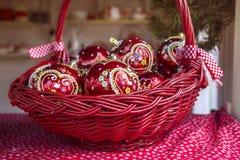 Decoraciones de la Navidad con las bolas en cesta Foto de archivo libre de regalías