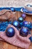 Decoraciones de la Navidad con las bolas, la bufanda de lana y el casquillo Imagen de archivo libre de regalías