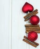 Decoraciones de la Navidad con las bolas y el canela Foto de archivo