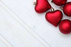 Decoraciones de la Navidad con las bolas y los corazones Imágenes de archivo libres de regalías