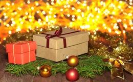 Decoraciones de la Navidad con las cajas, el árbol y las bolas de regalo en fondo de la iluminación Fotografía de archivo libre de regalías