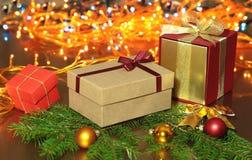 Decoraciones de la Navidad con las cajas, el árbol y las bolas de regalo en fondo de la iluminación Foto de archivo libre de regalías
