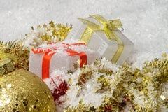 Decoraciones de la Navidad con las cajas de regalo hermosas foto de archivo