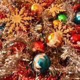 Decoraciones de la Navidad con las estrellas de oro que esperan el cometa Foto de archivo
