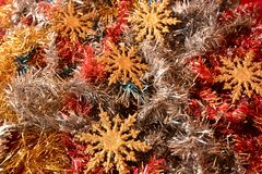 Decoraciones de la Navidad con las estrellas de oro que esperan el cometa Foto de archivo libre de regalías