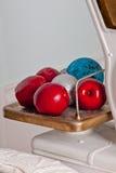 Decoraciones de la Navidad con las manzanas, las bolas y las escalas rojas del comercio del vintage Foto de archivo