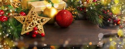 Decoraciones de la Navidad con las ramas de árbol de abeto de la estrella y el FE de oro Imagenes de archivo