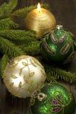 Decoraciones de la Navidad con las velas y las chucherías de la Navidad Fotografía de archivo libre de regalías