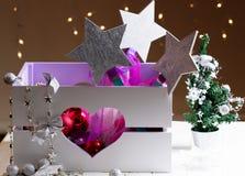 Decoraciones de la Navidad con los juguetes en caja Imagen de archivo