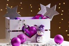 Decoraciones de la Navidad con los juguetes en caja Imágenes de archivo libres de regalías