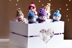 Decoraciones de la Navidad con los juguetes en caja Imagen de archivo libre de regalías