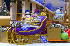 Decoraciones de la Navidad con los muñecos de nieve en el trineo Imagenes de archivo