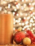 Decoraciones de la Navidad con los ornamentos y las luces Foto de archivo libre de regalías