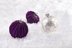 Decoraciones de la Navidad con púrpura y blanco de la nieve Foto de archivo libre de regalías