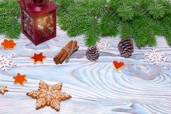 Decoraciones de la Navidad con la taza del cacao caliente, lámpara con la vela, palillos de canela, pino, rama del abeto en la ta Imágenes de archivo libres de regalías