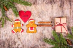 Decoraciones de la Navidad con un árbol de navidad, los juguetes y el pan de jengibre Hombres de pan de jengibre cariñosos Fotos de archivo libres de regalías
