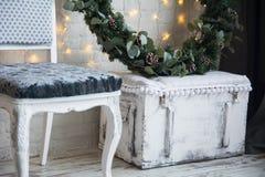 Decoraciones de la Navidad con una guirnalda spruce Fotografía de archivo libre de regalías